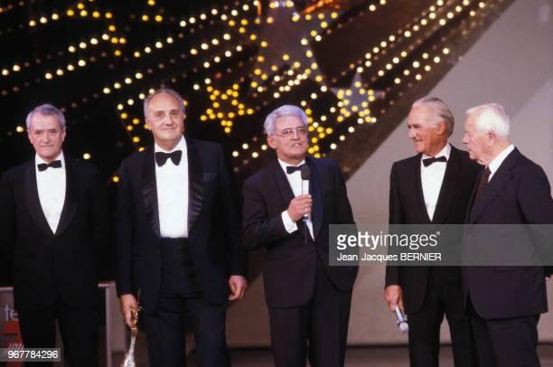 Georges de Caunes Pierre Tchernia et Pierre Sabbagh lors de la soirée des 7 d'Or au Lido le 24 octobre 1986 à Paris France