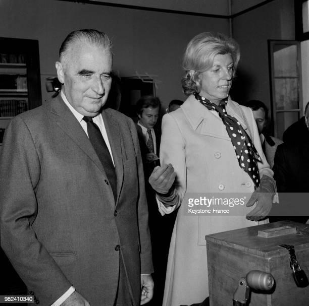 Georges et Claude Pompidou allant voter lors du référendum sur la régionalisation et la réforme du sénat à Orvilliers en France le 27 avril 1969
