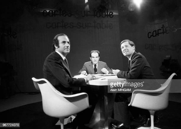 Georges Marchais dans l'émission 'Carte du table' sur Antenne 2 en compagnie des journalistes JeanPierre Elkabach et Alain Duhamel à Paris le 17 mai...