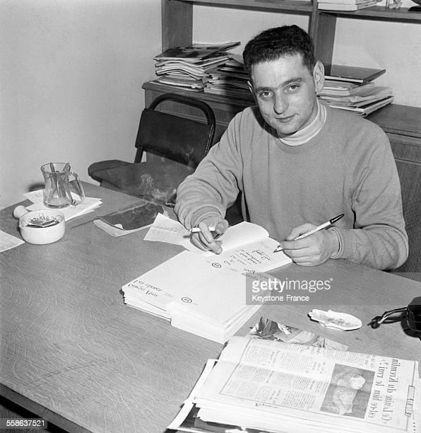 Georges Perec dédicaçant son livre 'Les Choses' pour lequel il s'est vu attribuer le Prix Renaudot à Paris France le 22 novembre 1965