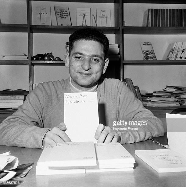 Georges Perec présentant son livre 'Les Choses' pour lequel il s'est vu attribuer le Prix Renaudot à Paris France le 22 novembre 1965
