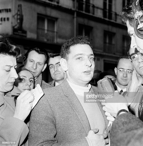 Georges Perec recevant le Prix Renaudot pour son livre 'Les Choses' à Paris France le 22 novembre 1965
