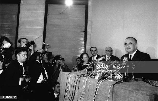 Georges Pompidou devant les journalistes et photographes pour la campagne des présidentielles circa 1960 France