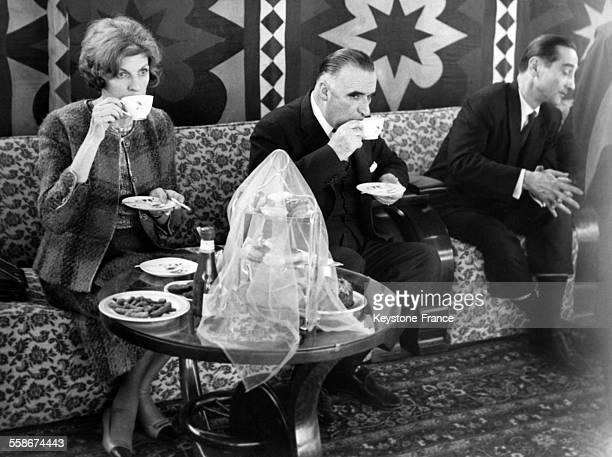 Georges Pompidou et sa femme Claude Pompidou buvant une tasse de the au cours de la reception donnee a leur arrivee par le Marechal Ayoub Khan le 7...