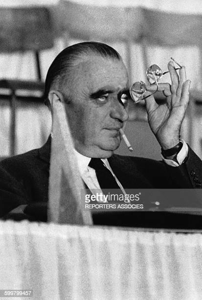 Georges Pompidou examine ses lunettes circa 1960 en France