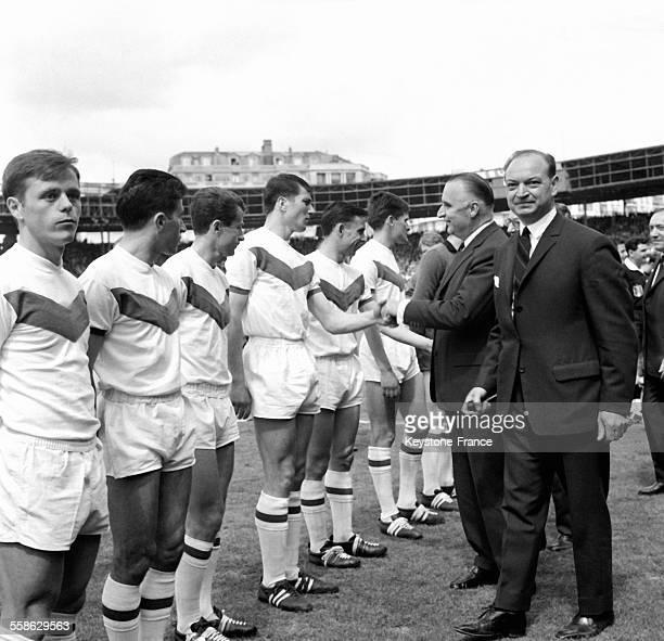Georges Pompidou serre la main d'un joueur sedanais lors de la presentation des equipes avant la finale de la coupe de France au Parc des Princes le...