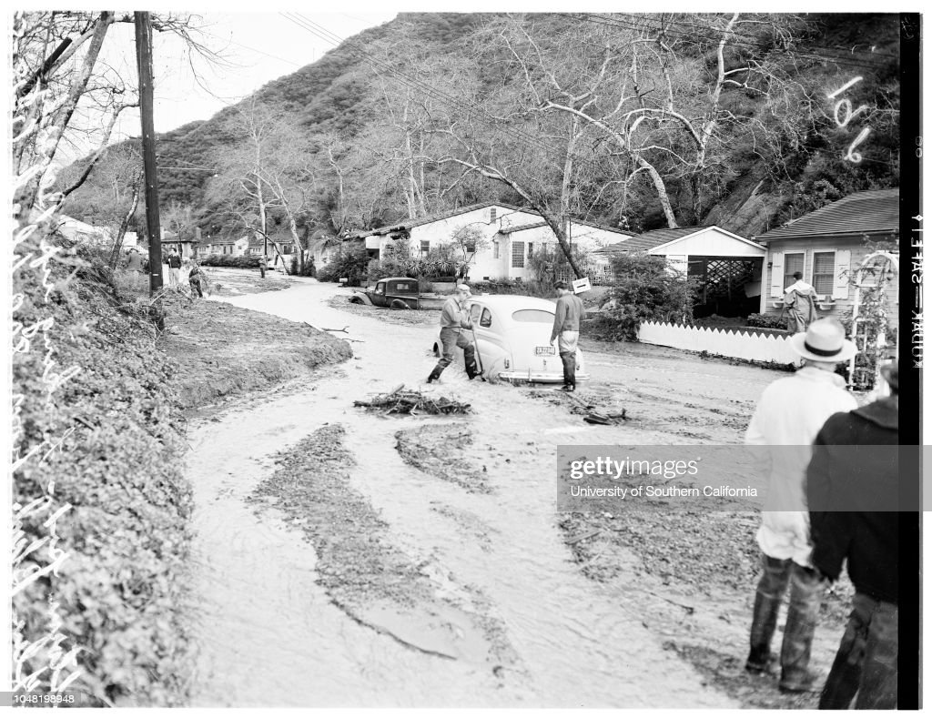Beverly Glen Flood ...General views of wrecked houses, autos, etc., 1952 : ニュース写真