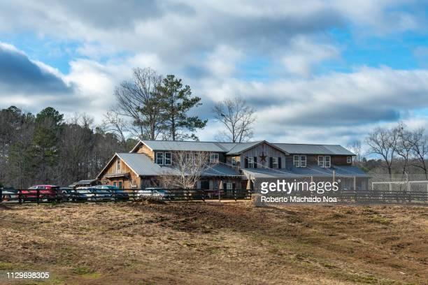 georgia state, usa, traditional ranch house during the day - casa estilo rancho fotografías e imágenes de stock
