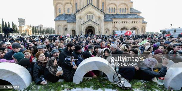 Georgian Orthodox believers attend the Epiphany holiday service outside the Trinity Cathedral in Tbilisi on January 19 2018 / AFP PHOTO / Vano SHLAMOV