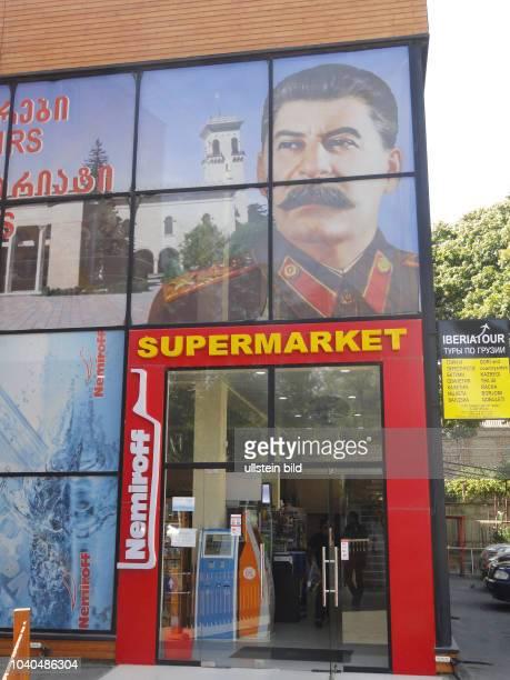 Georgien Region Innerkartlien in Zentralgeorgien Gori Stalins Geburtsstadt Stadtansicht ein Supermarket mit StalinBild und der Werbung des...