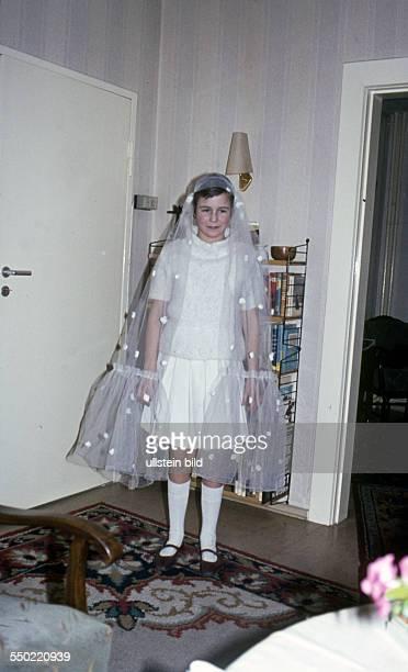 GEr ca 1958 Maedchen im eleganten weissen kleid