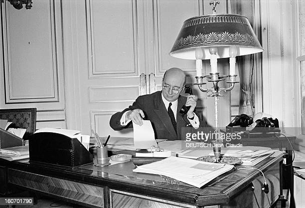 Gerald Anthony Academy Dean Paris 1er août 1968 Portrait de Gérald ANTOINE recteur d'académie et conseiller ministériel téléphonant assis à son...