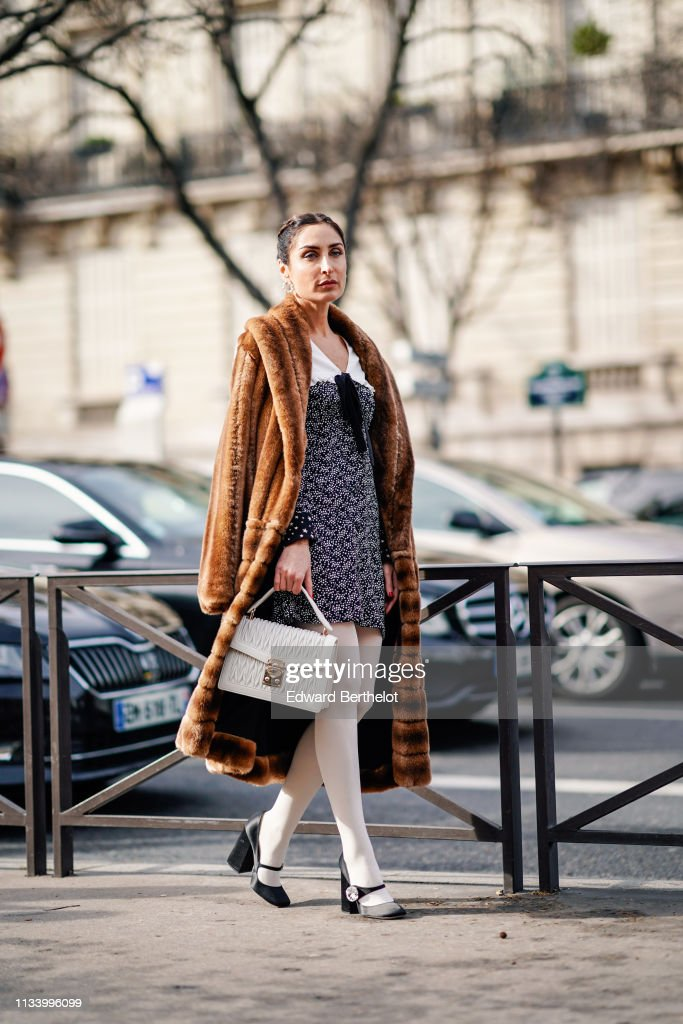 Street Style - Paris Fashion Week Womenswear Fall/Winter 2019/2020 : Day Nine : Nachrichtenfoto