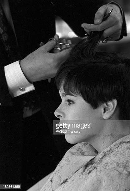 Geraldine Chaplin At The Hairdresser Le 11 janvier 1967 vue de profil chez le coiffeur l'actrice Géraldine CHAPLIN fille de l'acteur et réalisateur...