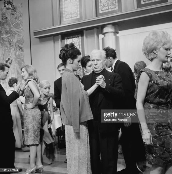 Geraldine Chaplin dansant avec Charlie Chaplin lors du tournage de son film 'La Comtesse de HongKong' à Londres en Angleterre au RoyaumeUni le 21...