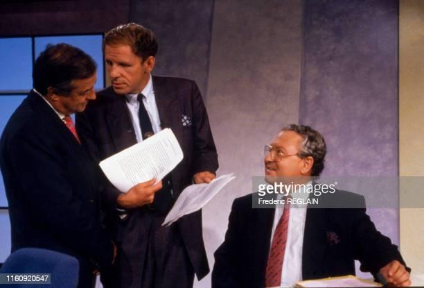 Gerard Carreyrou, Charles Villeneuve, Patrick Poivre d'Arvor sur le plateau de l'émission 'Le droit de savoir' sur TF1 à Paris le 12 septembre 1991,...