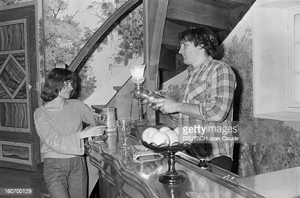 Gerard Depardieu And His Wife Elisabeth At Home In Bougival Bougival février 1977 Gérard DEPARDIEU et son épouse Elisabeth chez eux dans leur maison...