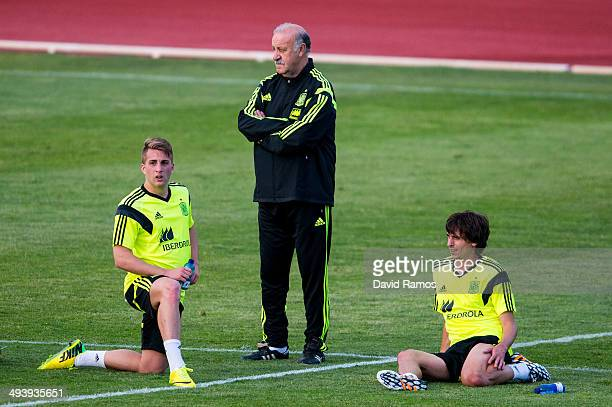 Gerard Deulofeu head coach Vicente Del Bosque and Ander Iturraspe of Spain looks on durinf a training sesion at Ciudad del Futbol on May 26 2014 in...