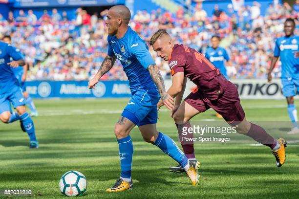 Gerard Deulofeu Lazaro of FC Barcelona fights for the ball with Vitorino Gabriel Pacheco Antunes of Getafe CF during the La Liga 2017-18 match...