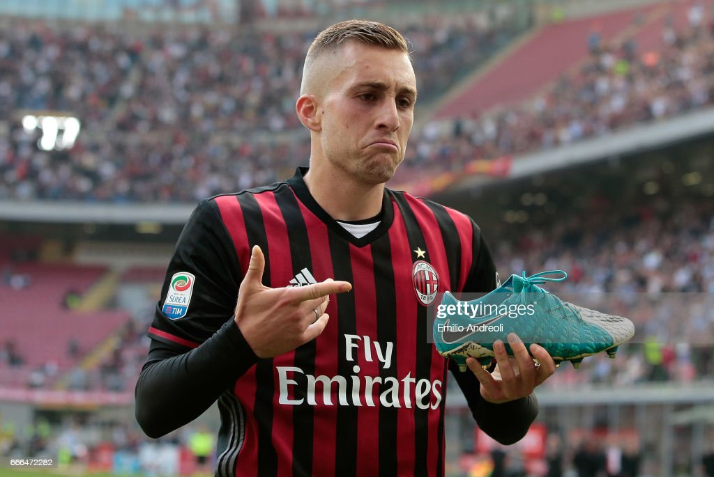 Gerard Deulofeu of AC Milan celebrates his goal during the Serie A match between AC Milan and US Citta di Palermo at Stadio Giuseppe Meazza on April 9, 2017 in Milan, Italy.
