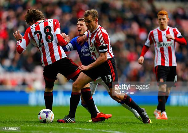 Gerard Deulofeu of Everton is closed down by Marcos Alonso and Lee Cattermole of Sunderland during the Barclays Premier League match between...