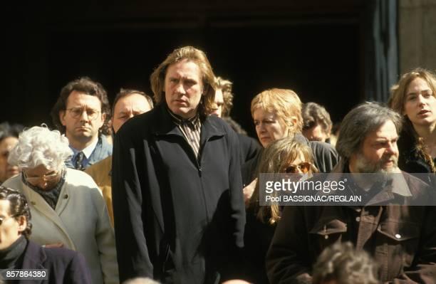Gerard et Elisabeth Depardieu sortent de l'eglise SaintRoch ou a eu lieu la messe a la memoire du comedien Jean Carmet le 25 avril 1994 a Paris France