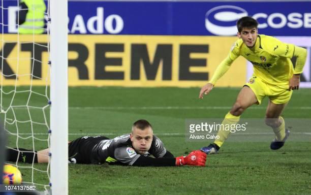Gerard Moreno of Villarreal and Aleksandar Jovanovic of SD Huesca during the La Liga match between SD Huesca and CF Villarreal at El Alcoraz on...