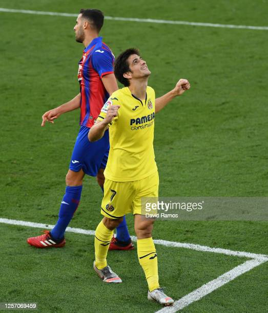 Gerard Moreno of Villarreal celebrates after scoring his team's second goal during the Liga match between Villarreal CF and SD Eibar SAD at Estadio...