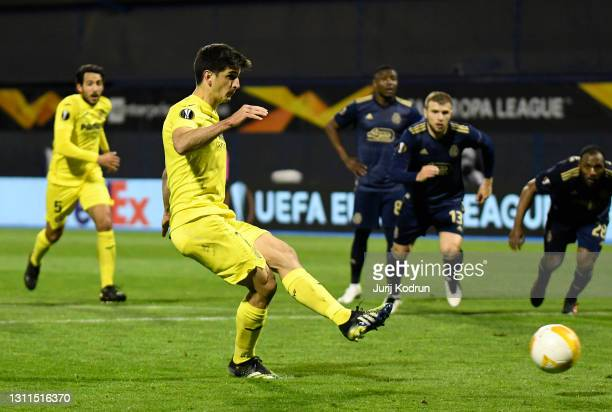 Gerard Moreno of Villarreal CF scores their side's first goal from the penalty spot during the UEFA Europa League Quarter Final First Leg match...