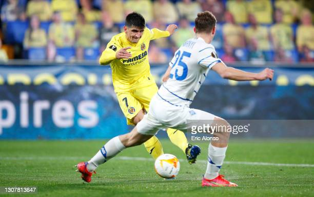 Gerard Moreno of Villarreal CF scores their side's second goal whilst under pressure from Illiya Zabarnyi of Dynamo Kyiv during the UEFA Europa...