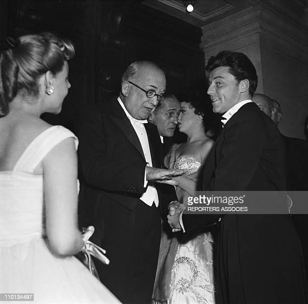 Gerard Philipe greets with Vincent Auriol on January 01 1950