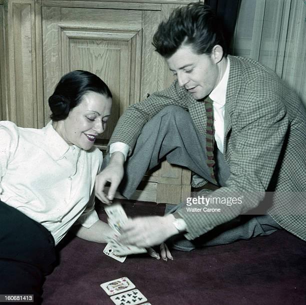 Gerard Philippe And His Mother France 1950 Gérard PHILIPE comédien français se faisant tirer les cartes par sa mère MINOU tous deux souriant et assis...