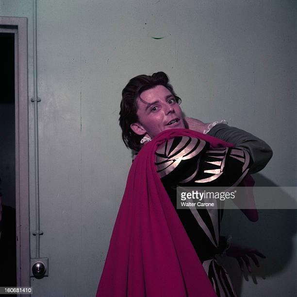 Gerard Philippe And His Mother France 1950 Portrait de Gérard PHILIPE comédien français en costume de scène cape rouge sur veste noire et dorée en...