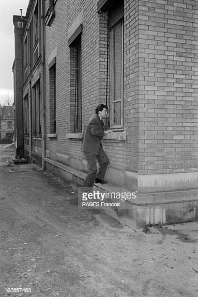 Gerard Philippe En janvier 1955 à Paris en France Gérard PHILIPE rend visite à sa fille qui vient de naitre cigarette à la bouche il monte sur le...
