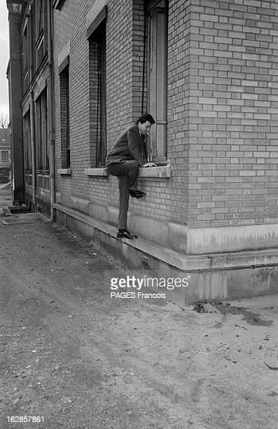 Gerard Philippe En janvier 1955 à Paris en France Gérard PHILIPE rend visite à sa fille qui vient de naitre Pour échapper aux photographes cigarette...