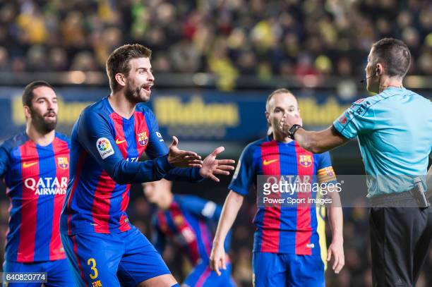 Gerard Pique Bernabeu of FC Barcelona argues with the referee during their La Liga match between Villarreal CF and FC Barcelona at the Estadio de la...