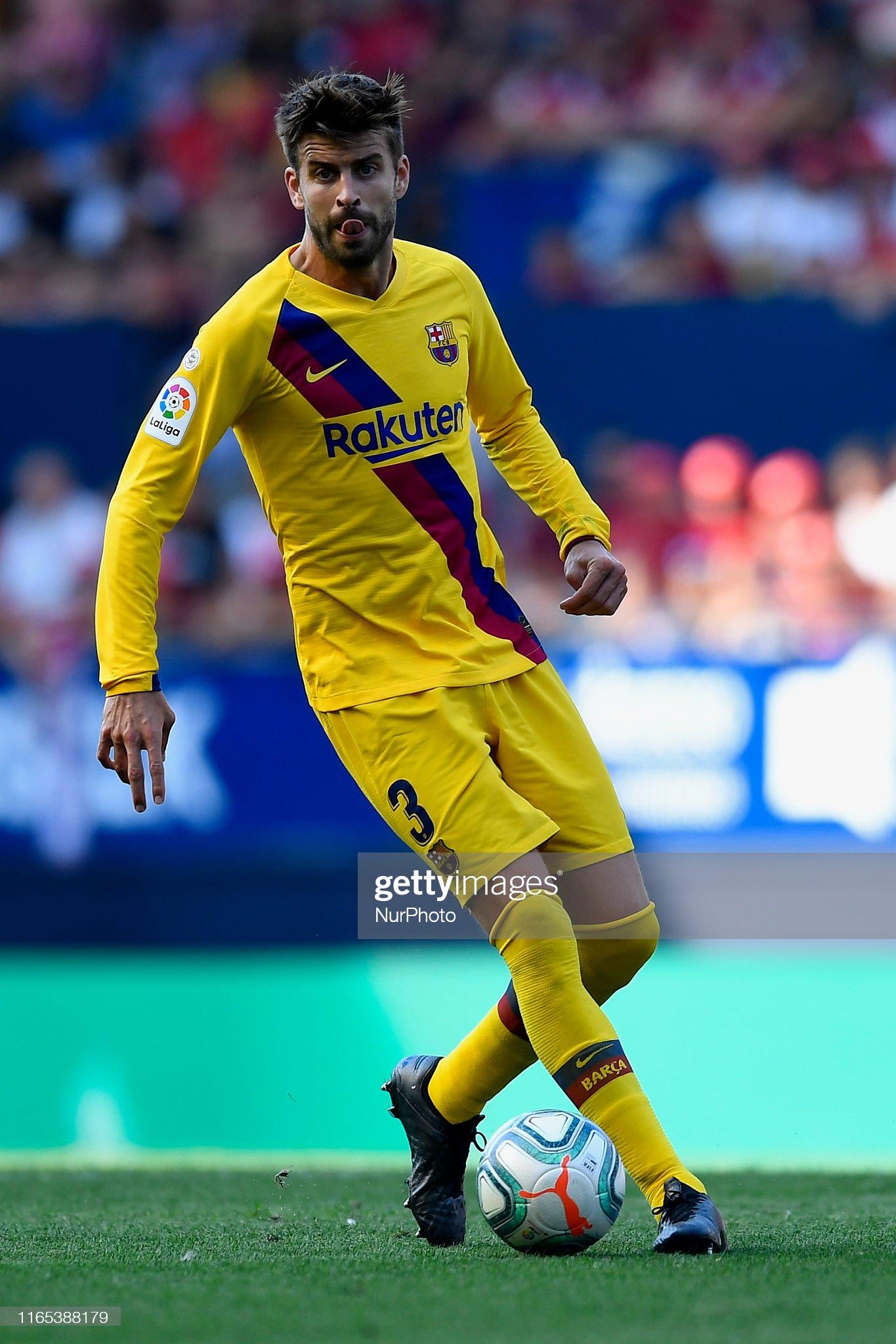 صور مباراة : أوساسونا - برشلونة 2-2 ( 31-08-2019 )  Gerard-pique-of-barcelona-controls-the-ball-during-the-liga-match-ca-picture-id1165388179?s=2048x2048