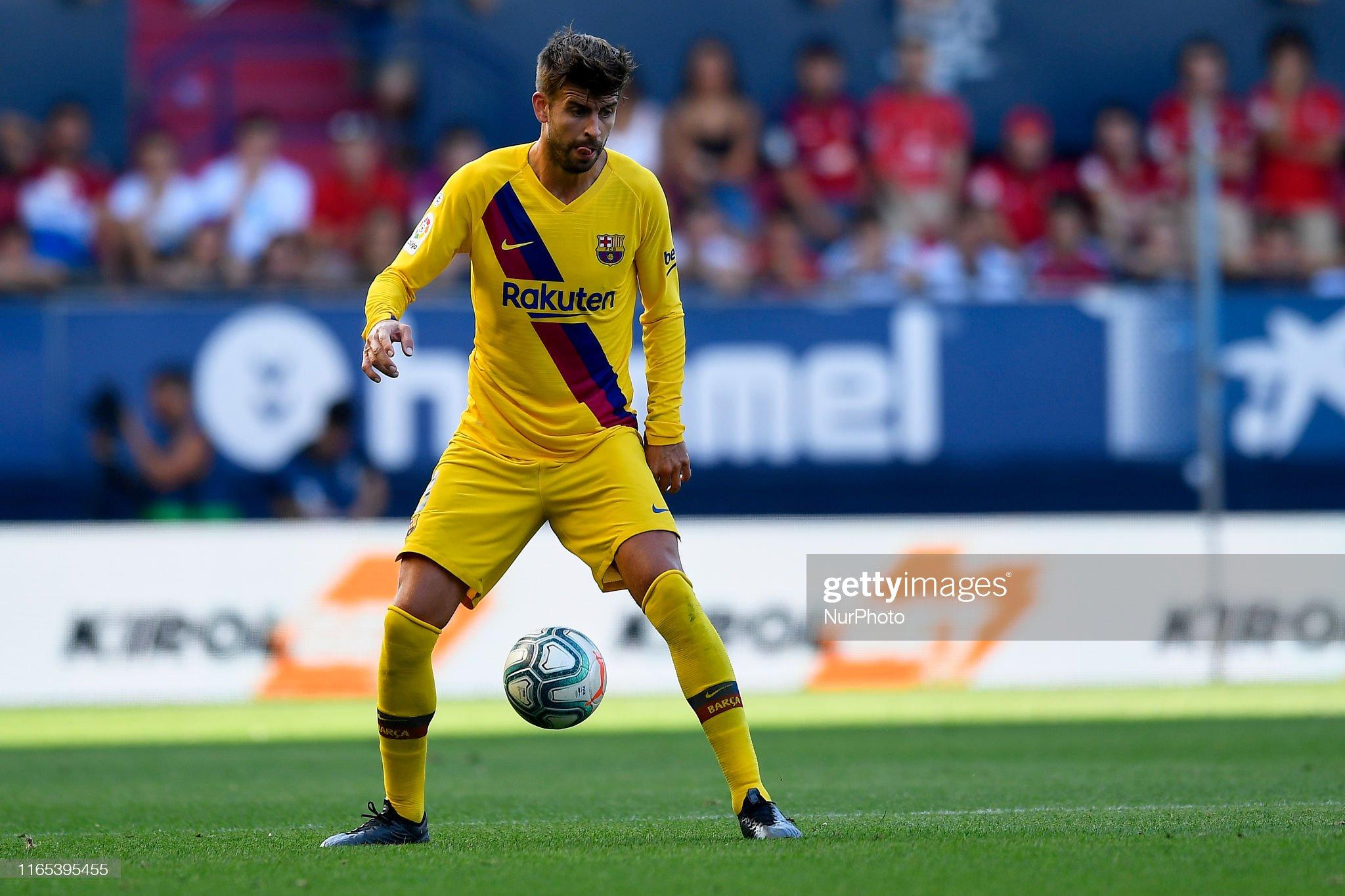 صور مباراة : أوساسونا - برشلونة 2-2 ( 31-08-2019 )  Gerard-pique-of-barcelona-controls-the-ball-during-the-liga-match-ca-picture-id1165395455?s=2048x2048