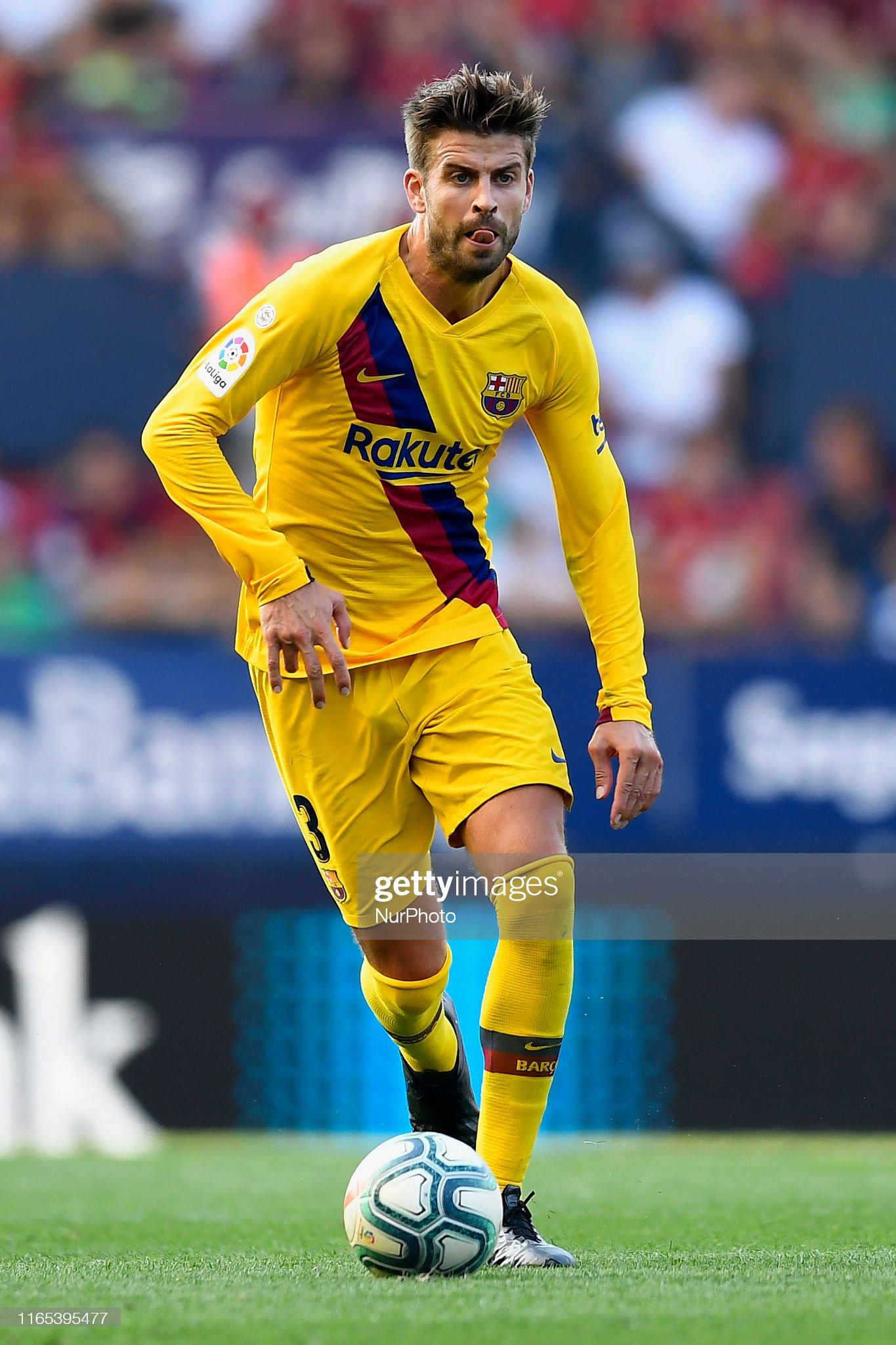صور مباراة : أوساسونا - برشلونة 2-2 ( 31-08-2019 )  Gerard-pique-of-barcelona-controls-the-ball-during-the-liga-match-ca-picture-id1165395477?s=2048x2048