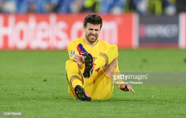Gerard Pique of FC Barcelona injured during the UEFA Champions League round of 16 first leg match between SSC Napoli and FC Barcelona at Stadio San...