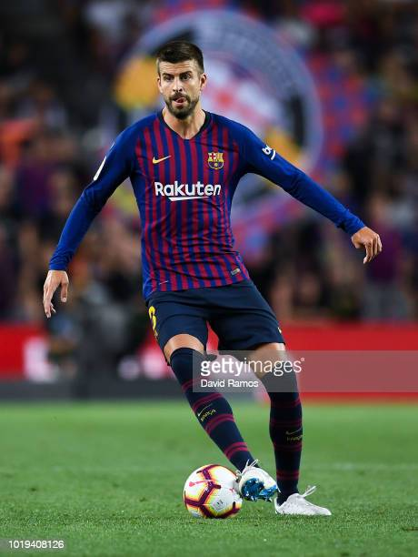 Gerard Pique of FC Barcelona runs with the ball during the La Liga match between FC Barcelona and Deportivo Alaves at Camp Nou on August 18 2018 in...