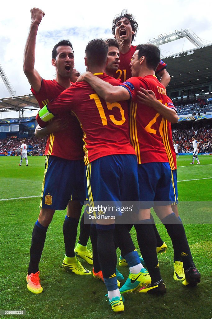 Gerard Pique (C) of Spain celebrates scoring his team's first goal with his team mates during the UEFA EURO 2016 Group D match between Spain and Czech Republic at Stadium Municipal on June 13, 2016 in Toulouse, France.