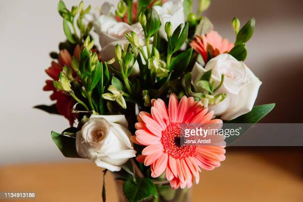 gerbera daisies, roses, floral arrangement, flower bouquet, flowers - jena rose stockfoto's en -beelden