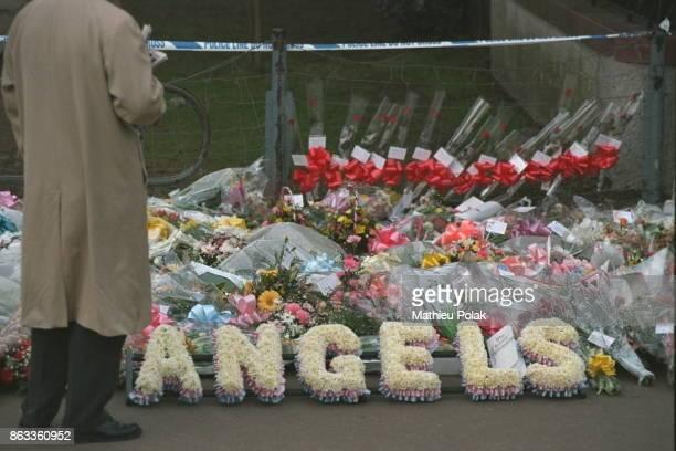 Gerbes de fleurs en hommage aux victimes de la tuerie de Dunblane perpétrée par Thomas Watt Hamilton le 13 mars 1996