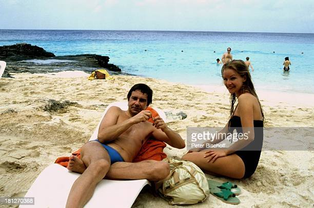 Gerd Baltus Dietlinde Turban ZDFReihe 'Traumschiff' Folge 5 'Karibik/Grenada' Karibik Badeanzug Badehose Strand Meer Liege Schauspieler...