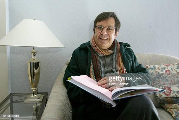 Gerd Baltus Dreharbeiten zur ZDFReihe Evelyn Hamanns Geschichten Hamburg Drehbuch LeseProbe Brille Schauspieler Promis Prominenter Prominente