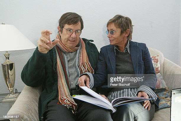 Gerd Baltus Regisseurin Karin Hercher Dreharbeiten zur ZDFReihe Evelyn Hamanns Geschichten Hamburg Drehbuch besprechen LeseProbe Brille Schauspieler...