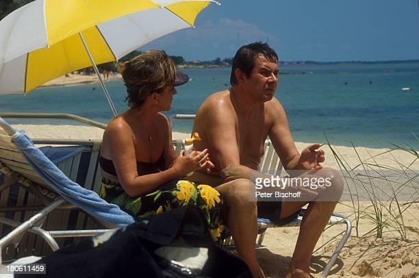 Gerd Baltus Ulli Phillipp ZDFSerie Urlaub mal ganz anders Dominikanische Republik/Karibik Strand Meer Ozean Sonnenschirm