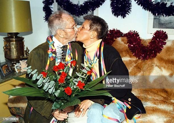 Gerd Vespermann mit Ehefrau ChristianeBlumen Rosen 10 HochzeitstagHomestory Kuß