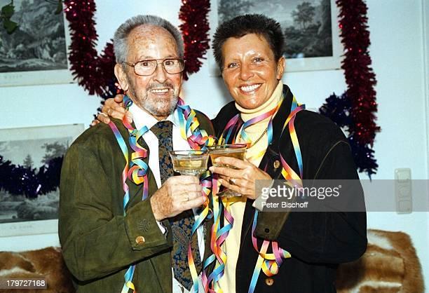 Gerd Vespermann mit Ehefrau ChristianeBlumen Rosen 10 HochzeitstagHomestory Sekt